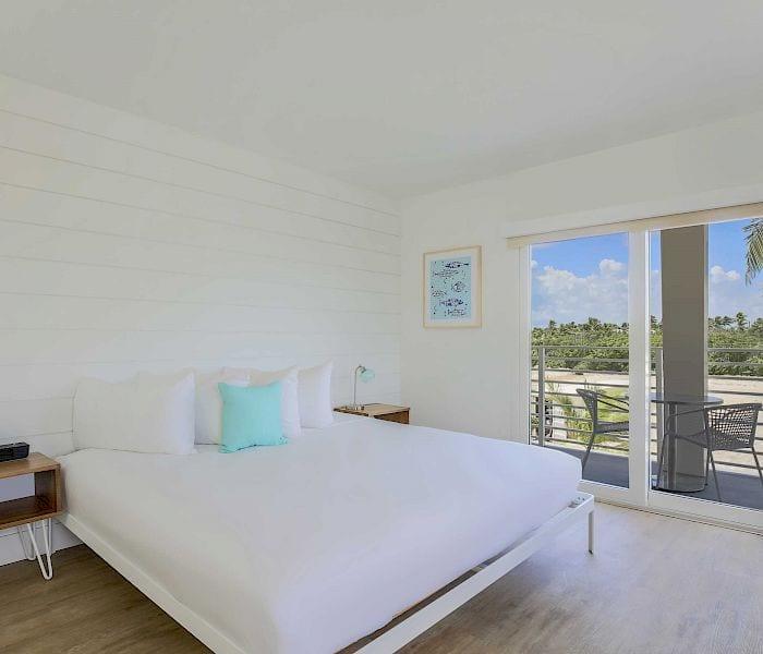 king-bed-balcony-_3.700x600 (1)